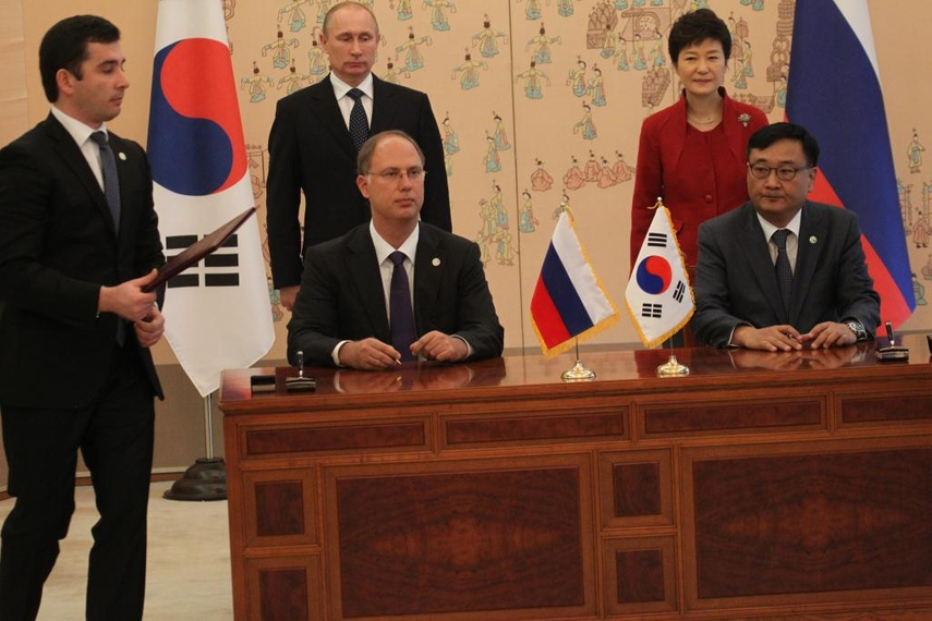 The ceremony in Seoul with Korean president Park Geun-hye (back right) and KIC's Lee Dong-ik (right)