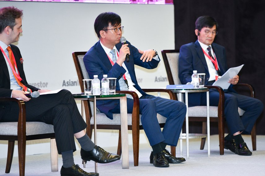 Left to right: Richard Morrow of AsianInvestor; Lee Chang-hoon of the Government Employees Pension Service and Shin Hyun-jang of the Police Mutual Aid Association