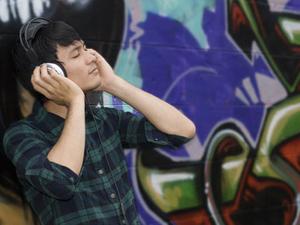 Headphone fad is music to brands' ears