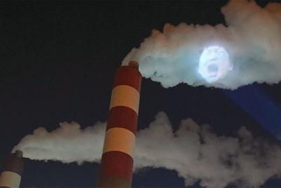把哭泣儿童投影到工厂污烟的空气净化器品牌