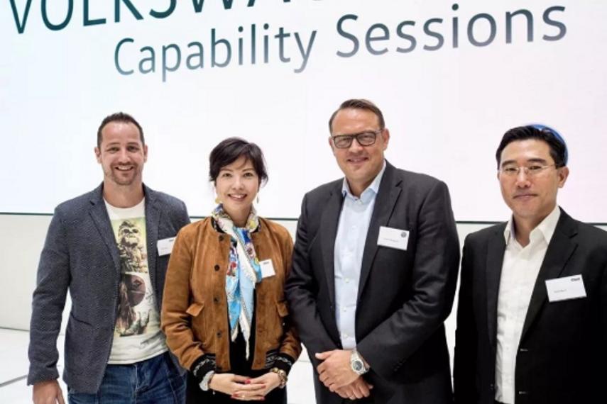 Cheil团队Pully Chau,Flip Soree,Jason Byun提案后与大众全球CMO Jochen Sengpiehl合影于德国沃尔夫斯堡