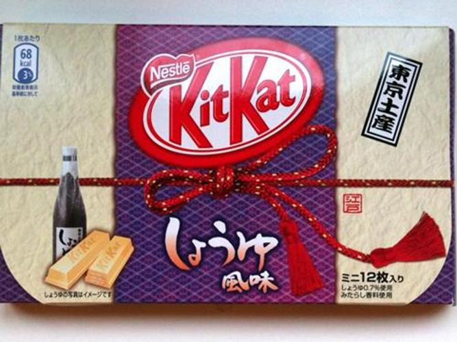 日本奇巧巧克力(KitKat)为迎合亚洲味蕾推出了千奇百怪的独特口味,包括甘薯味、西瓜味(咸)、烧烤味、绿茶味、甚至芥末味。但最令人称奇的还是酱香味,远在瑞士总部的雀巢研发团队肯定无法想象这些产品能否在东亚市场走俏。