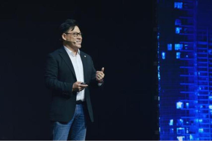 腾讯公司副总裁郑香霖在腾讯智慧峰会上发言