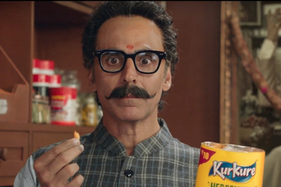 Masala expert Akshay Kumar along with his father and grandfather struggle to figure Kurkure's ingredients