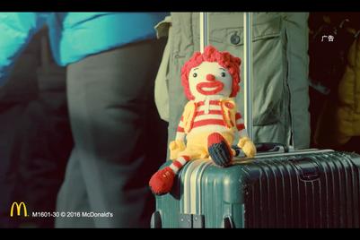 作品:麦当劳叔叔玩偶跟着百万春运大军打亲情牌