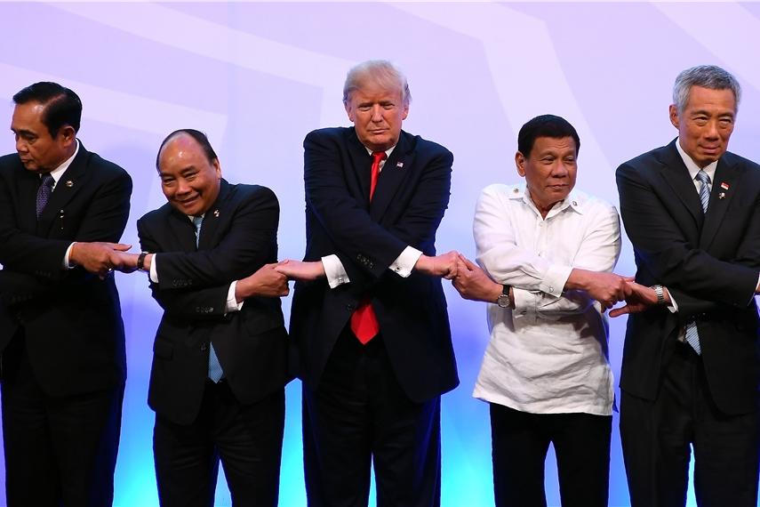 フィリピンで開催された東アジアサミットで、手を取り合う首脳たち