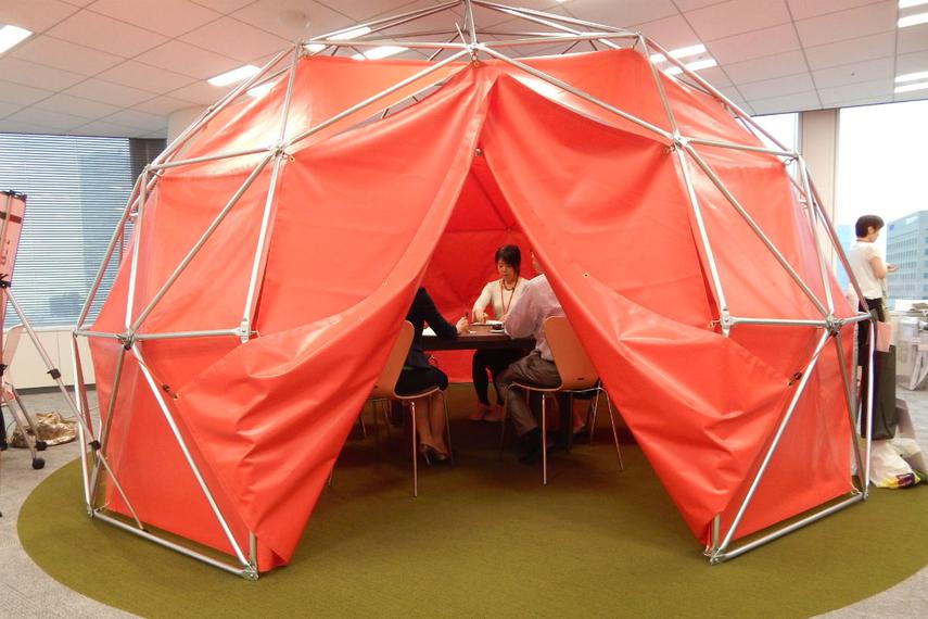 「テント」で働くADKの社員。2014年の本社移転の際、スタッフの意欲を高めるために新たなオフィスをつくった。