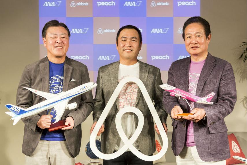 都内で行われた記者会見にて。左より、志岐隆史氏(全日本空輸 代表取締役副社長)、田邉泰之氏(Airbnb Japan 代表取締役)、井上慎一氏(Peach Aviation 代表取締役CEO)