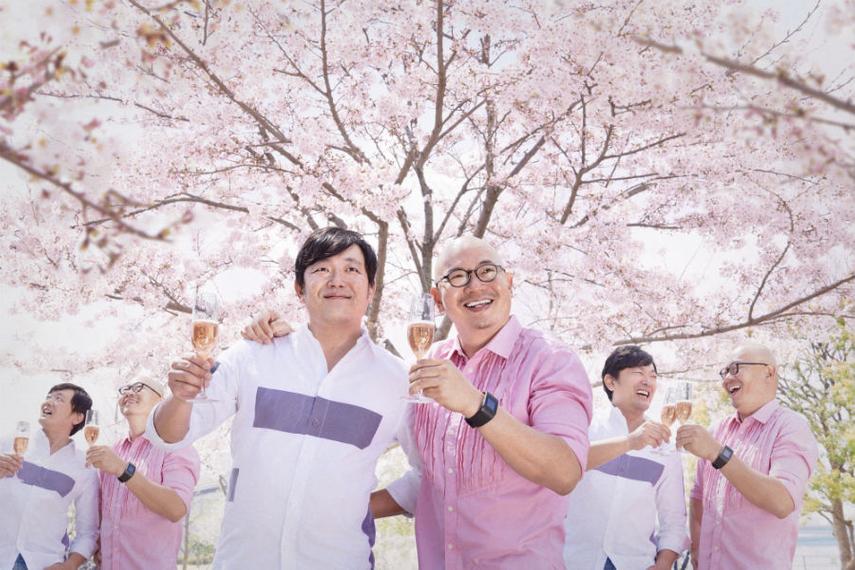 木村健太郎氏(左)とヤン・ヨウ氏。自分たちのクローンとともに。(博報堂のプロモーション画像より)
