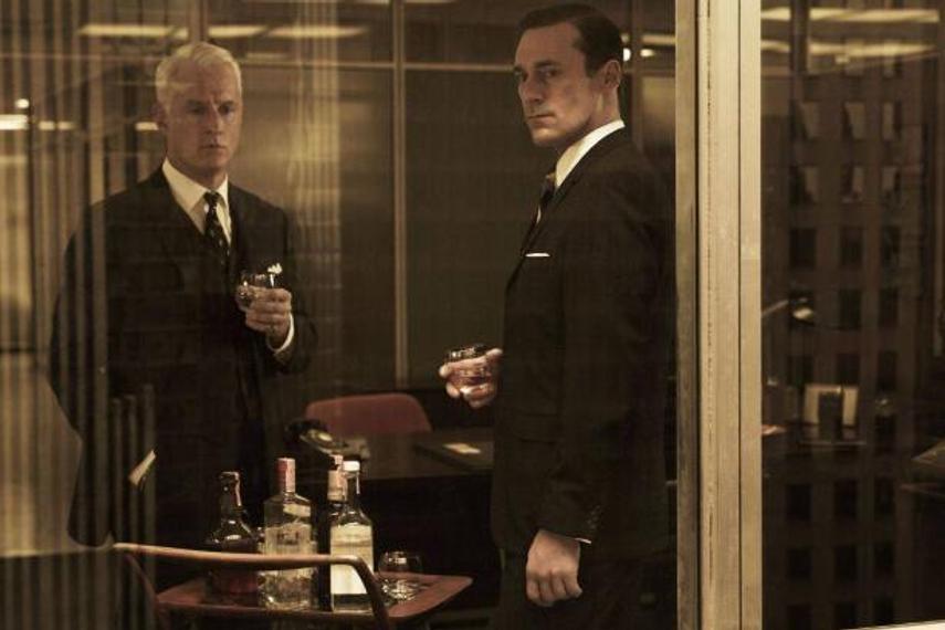 酒を酌み交わすことは、広告業界のカルチャーの一部であり続けてきた。だが, この慣習を変えるべき時期に来ているとWPPは考えている。(画像:1960年代のニューヨークの広告業界を描いたドラマ『マッドメン』より)