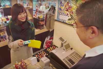 大学を卒業する若者たちを、三井住友銀行が応援