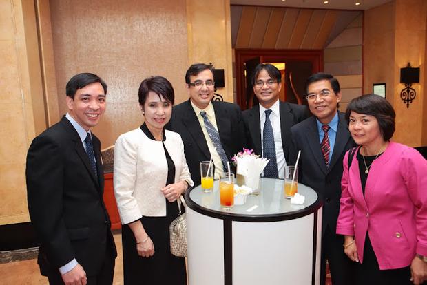 Guests enjoying pre-dinner drinks