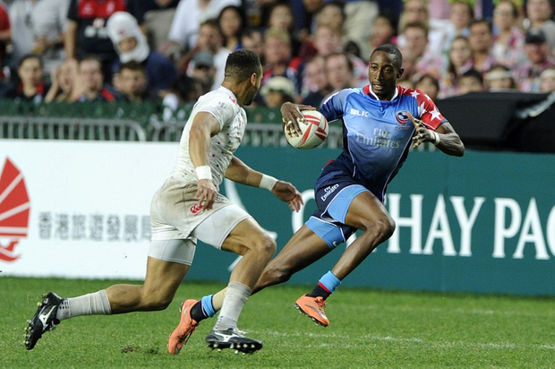 Perry Baker (R) of the United States tries to outrun Dan Norton (L) of England during the Plate Final on the third day of the Hong Kong Rugby Sevens tournament on April 10, 2016. Source AFP.