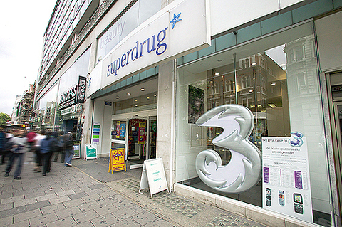Hutch agrees to buy O2, talks to SWFs