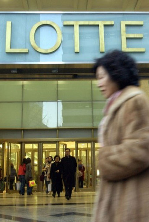 Lotte Shopping raises $900 million from dual-currency CB